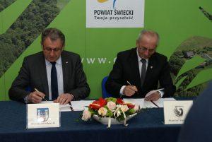 Starosta Świecki Franciszek Koszowski oraz Starosta Jarosławski Tadeusz Chrzan podpisują umowę