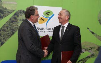 Starosta Świecki Franciszek Koszowski oraz Starosta Jarosławski Tadeusz Chrzan dziękują sobie za podpisanie umowy