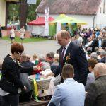 Marszałek Województwa Kujawsko-Pomorskiego podczas ceremonii dzielenia chlebem
