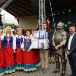 Zdobywcy I miejsca w konkursie na najładniejszy tradycyjny wieniec dożynkowy - KGW Chrostkowo