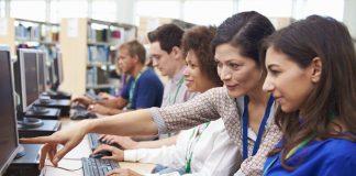 Dorosłe osoby podczas kursu komputerowego