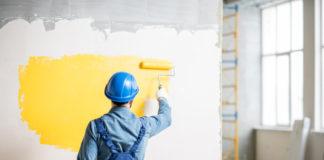 Robotnik budowlany malujący ścianę